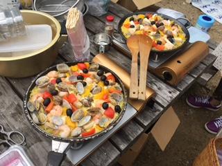 本日は、フィールドクッキング。栄養師の湯川先生が考えてくださった献立は、①ぐるぐるパン(わりばしに巻き付けたパンを作りました)②パエリア(写真のもの)③竹ごはん(竹の筒で炊くごはん、とても良い香りでふっくら)④焼肉(スペアリブ、牛肉、焼鳥、お野菜たっぷり)