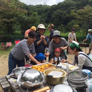 たくさんの食材を湯川先生のご指導のもと、お子さん、お母さんも手分けして調理しました